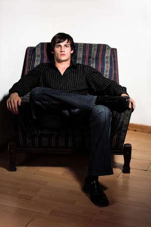 young male model: Los chicos modelo sentado en una silla de color 2