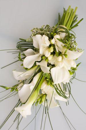 fleur arum: Fleurs sur table de verre li�