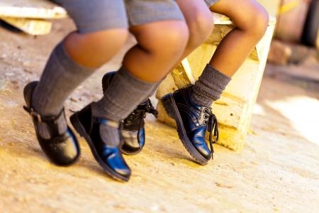 zapatos escolares: Primer plano de las piernas de los ni�os