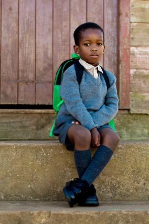 ni�os abandonados: Sentado en los escalones y en espera de ir a la escuela Foto de archivo