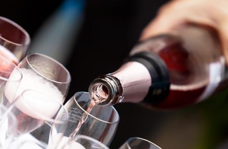 saúde: Verter taças de champanhe Banco de Imagens