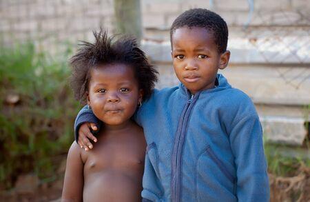 arme kinder: Ein trauriger Junge und ein Mädchen in den Townships