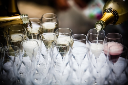 winter wedding: Pouring red and white champgne into the guests glasses