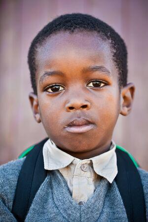 niños africanos: Niño pequeño mucho miedo ir a la escuela por primera vez. Foto de archivo