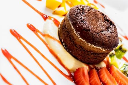 チョコレート ・ スフレにはイチゴやパイナップル添え 写真素材