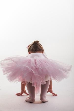 jolie petite fille: Comme petite est de monter sur les orteils.