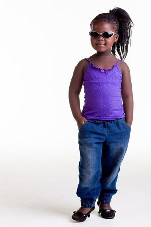 niños negros: Esta pequeña mujer pequeña con una actitud enorme