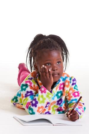 ni�os negros: Tener pensamientos sobre la que escribir una carta de una familia muy lejana