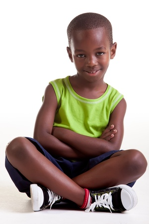 スニーカー: その少年は座って大きな笑みを浮かべても組んだ腕および足を搭載