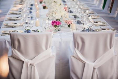 Hochzeitspaar Stühlen und folgen Sie dann den Rest erledigen. Standard-Bild - 15213024