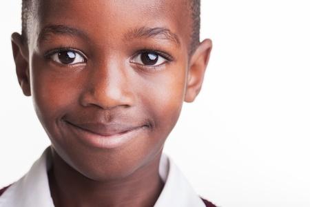 garcon africain: Sourire Tom sur son chemin de retour à l'école.