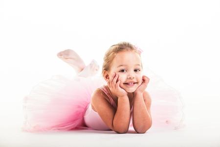 jolie petite fille: Couché sur le sol et posant pour la caméra