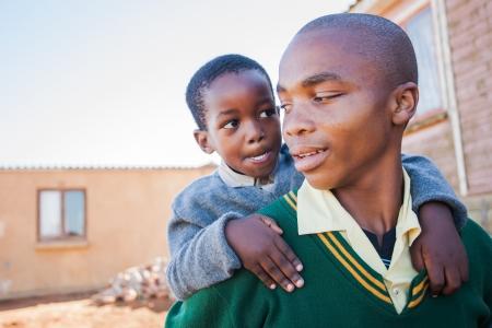 African children: Các chàng trai nhỏ đang chế giễu anh trai lớn của ông