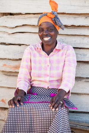 femme africaine: Une femme africaine à l'extérieur de sa maison