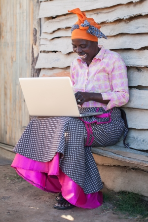 아프리카 여자는 컴퓨터의 방법을 배우고있다