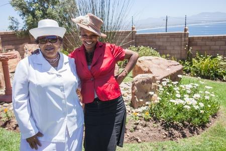 familia en la iglesia: Madre e hija en el jardín antes de la iglesia Foto de archivo