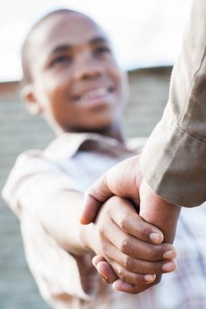 akkoord: De twee broers zijn overeengekomen hun salaris in tweeën Stockfoto