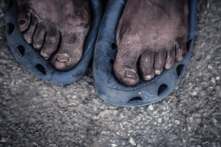 pieds sales: Les pieds d'un vieil homme vivant dans la rue