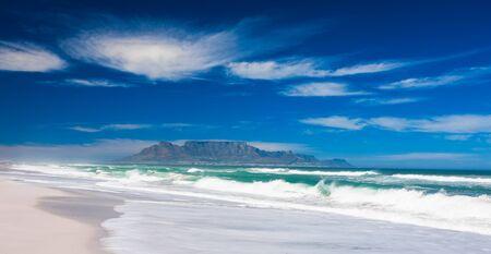 Ein kristallklarer Tag am Strand in Bloubergstrand. Standard-Bild - 15405931