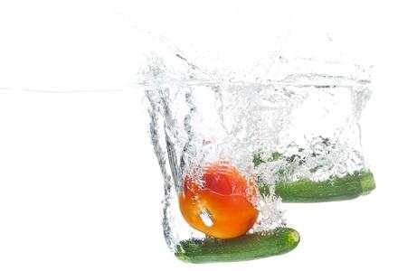 큰 토마토와 두 아기 된 marrows 물에 세척하고있다.