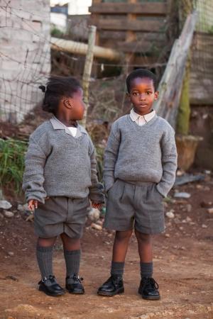 ni�os africanos: Muchacha africana mirando al muchacho africano