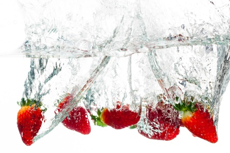딸기의 무리가 물 속으로 던져진다.