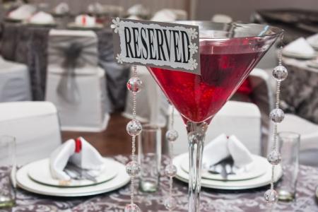 copa martini: Un vaso de martini grande sobre la mesa como una pieza central en la mesa.