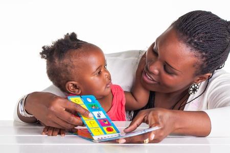 Mutter und Tochter sind mit einigen lehrreiche Zeit. Standard-Bild - 20077412