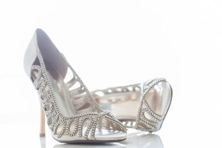 그녀의 특별한 날에 신부를위한 작은 다이아몬드 신발.