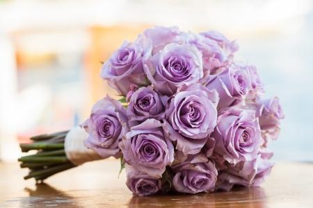 퍼플은 그녀의 특별한 날에 신부를위한 장미 꽃다발. 스톡 콘텐츠