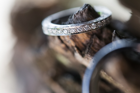 De ring van de bruid wordt buiten phtographed. worden buiten phtographed.