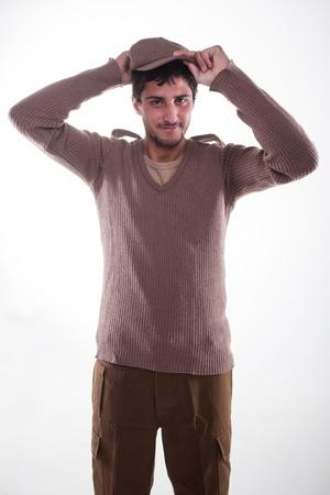 vistiendose: Un joven se viste por primera vez para el ej�rcito. Foto de archivo