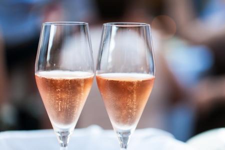 Zwei Gläser mit rosa Champagner gefüllt Standard-Bild - 17232516