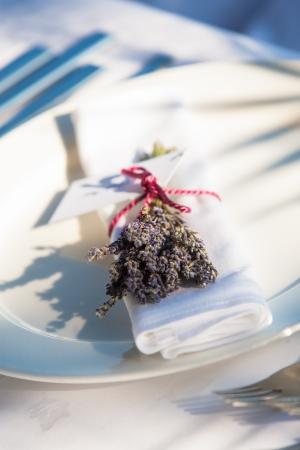 serviette: Lavendel in een roze lint op een witte servet. Stockfoto