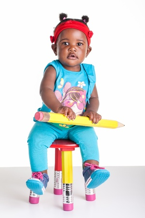 손에 큰 연필로 작은 아프리카 아기. 스톡 콘텐츠
