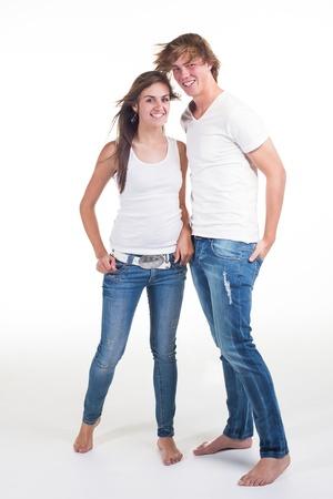 pareja de adolescentes: Una joven pareja de adolescentes vestidos de blanco y vaqueros, l?dico en el estudio.