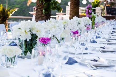 접시와 serviettes와 아주 멋지게 장식 웨딩 테이블.
