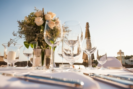 serviettes: A very nicely decorated wedding table with plates and serviettes.