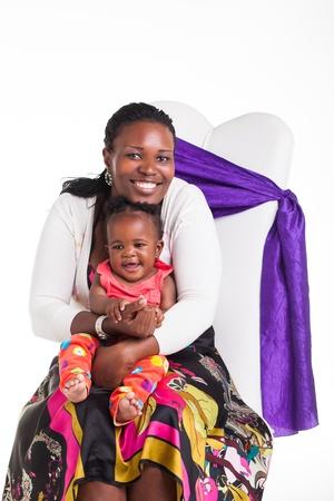 ni�os africanos: Una joven madre jugando con su nueva ni�a nacida. Foto de archivo