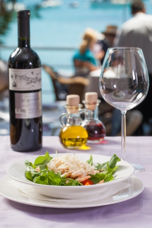 thai pepper: A bowl of prawns served with salad and cheese. Stock Photo