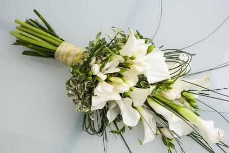 lirio blanco: hermoso arreglo de lirios arum en un ramo