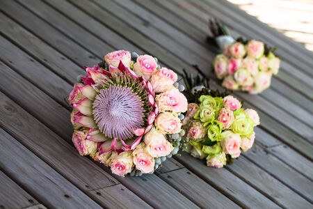 image of the bride and her bridesmaids bouquets lying on the wooden deck in the shade Standard-Bild