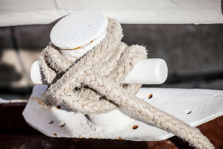 a close-up view of the samson post on the boat with a knot to keep the boat docked Standard-Bild
