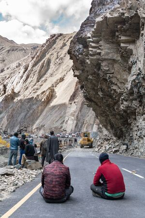 The group of truck drivers waiting when the road will be clear because of landslide Imagens