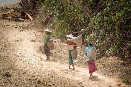 Ann/Myanmar-14.03.2017:The woman walking on the path Redactioneel