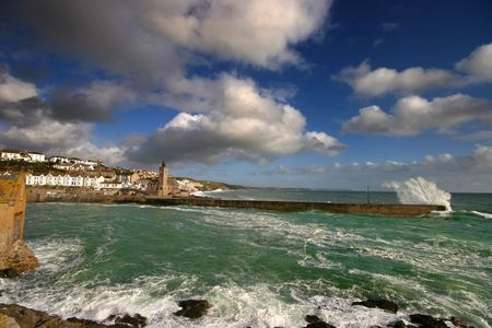 assalto violento: Porthleven harbour in West Cornwall is a very exposed to the prevailing weather conditions, so much so that there is an inner harbour to protect smaller vessels from the onslaught of the sea.