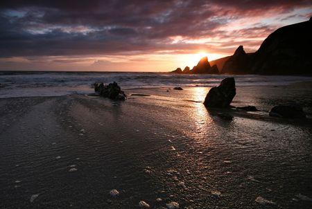 jamones: Playa de Westcombe en el sur jamones Devon es bien conocido por su diversidad geol�gica y las impresionantes formaciones rocosas.