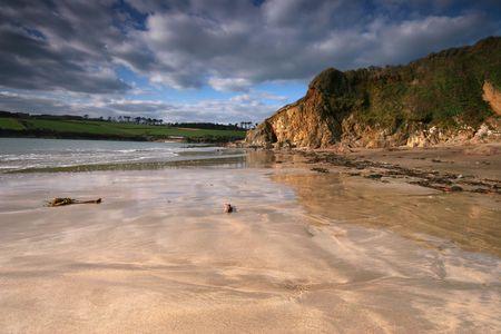 jamones: La arena h�meda en la playa de Wonwell junto a la R�a de Erme en el South Hams parece reflejar el patr�n de caballa de las nubes.