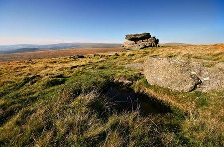 nieużytki: Ponure i jaÅ'owa krajobraz Park Narodowy Dartmoor w hrabstwie Devon w Anglii staje siÄ™ bardziej Å›wieżego i życiem po przeszÅ'y deszcze. Zdjęcie Seryjne