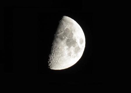 Silberner zunehmender Mond auf schwarzem Hintergrund Standard-Bild
